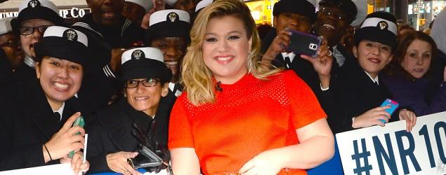 Kelly Clarkson brushes off fat-shaming attack
