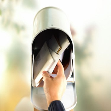 Hand-with-open-mailbox_web