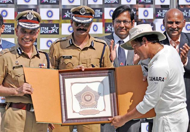 Mumbai Police commissioner presents a memorabilia to cricket legend Sachin Tendulkar at Wankhede stadium in Mumbai on Nov.16, 2013. (Photo: Sandeep Mahankal/IANS)