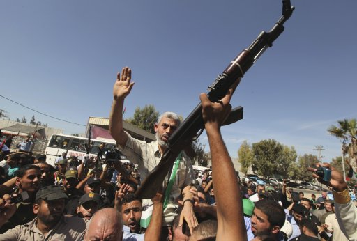 Palestinian prisoners and Hamas leader Yehya Al-Senwar arrive at the Rafah crossing with Egypt in the southern Gaza Strip