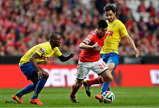 Benfica's Nico Gaitan, from Argentina, center, challenges the Estoril defense during their Portuguese league soccer match Sunday, March 9 2014, at Benfica's Luz stadium in Lisbon