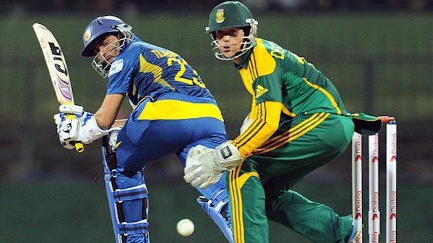 Sri Lanka's batsman Tillakaratne Dilshan (L) is watched by South African wicketkeeper Quinton de Kock during their one-day international series (AFP)