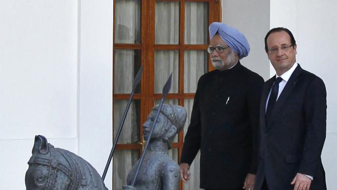 France's President Hollande and India's PM Singh arrive for a photo opportunity before their meeting in New Delhi