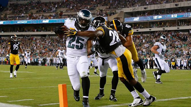 Foles, offense sharp as Eagles beat Steelers