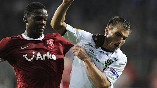Dedryck Boyata (L) of FC Twente fights for the ball with Szabolcs Huszti of Hannover (Reuters)