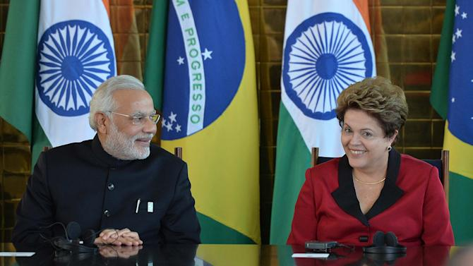 Brazilian President Dilma Rousseff (R) talks with Indian PM Nerendra Modi at the presidential palace in Brasilia, on July 16, 2014