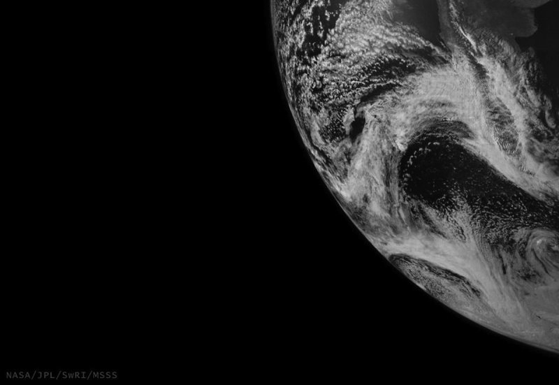 Juno picture earth flyby