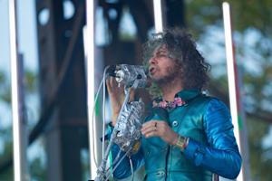 Wayne Coyne Loves Miley, Dismisses Dylan in Year-End Q&A