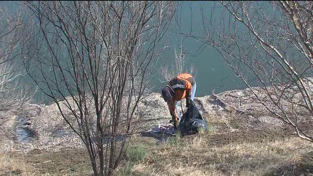 Volunteers out to clean up River Parks