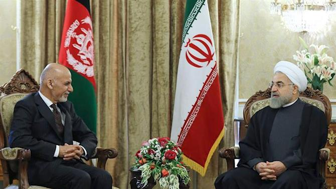 HO07. Tehran (Iran (islamic Republic Of)), 19/04/2015.- A handout picture made available by the presidential official website shows, Iranian President Hassan Rowhani (R) talks to his Afghan counterpart Mohammad Ashraf Ghani (L) at the presidential palace in Tehran, Iran, 19 April 2015. Ghani is in Tehran to hold official meeting with Iranian leaders. (Afganistán, Teherán) EFE/EPA/PRESIDENTIAL OFFICIAL WEBSITE / HANDOUT