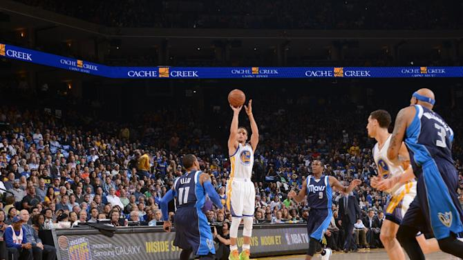 Curry scores 22 , Warriors roll to 109-89 win over Mavs