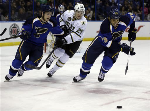 Elliot stops 21 shots as Blues beat Stars 2-1