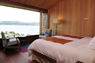 Located on the banks of the Rilan peninsula the hotel offers a spa including a Jacuzzi, a sauna, a steam room and a massage room
