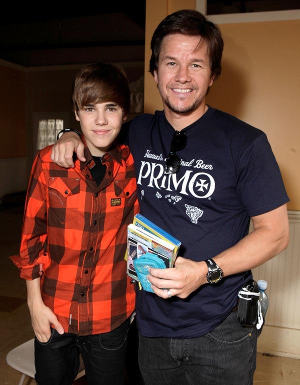 http://l2.yimg.com/bt/api/res/1.2/GLIt._BEHS0Yb7Ih29aLYg--/YXBwaWQ9eW5ld3M7cT04NTt3PTYwMA--/http://media.zenfs.com/en_US/News/HollywoodLife.com/Mark-Wahlberg-and-Justin-Bieber-ftr-106007417120629095153.jpeg
