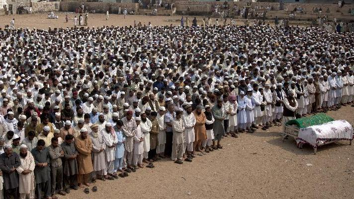 People offer funeral prayers of activists of Pakistani Sunni religious group Ahle Sunnat Waljamaat in Karachi, Pakistan on Tuesday, Feb. 19, 2013. The spokesman for the Sunni extremist group said two of its activists were killed by gunmen who opened fire on a restaurant. (AP Photo/Shakil Adil)