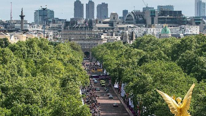 Britain's Bradley Wiggins leads his team as the peloton passes by The Mall near Buckingham Palace during the men's road cycling race at the 2012 Summer Olympics on Saturday, July 28, 2012, in London.  (AP Photo/Daniel Berehulak, Pool)
