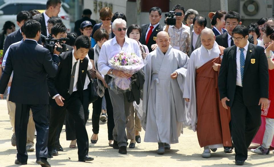 U.S. actor Richard Gere, center, arrives at the Chogye temple in Seoul, South Korea, Tuesday, June 21, 2011.  Gere is on a six-day visit in the county to promote his photo exhibition and tour Buddhist temples. (AP Photo/ Lee Jin-man)