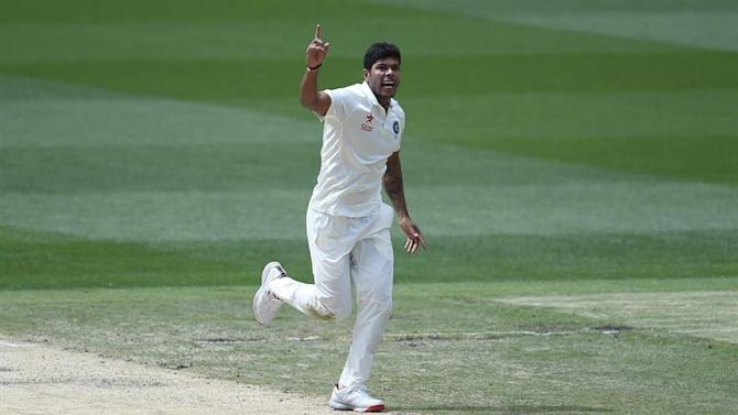 MEL. Melbourne (Australia), 29/12/2014.- Indian bowler Umesh Yadav celebrates dismissing Australian captain Steve Smith on day four of the Boxing Day test against Australia at the MCG in Melbourne, Australia, 29 December 2014. EFE/EPA/JULIAN SMITH AUSTRALIA AND NEW ZEALAND OUT EDITORIAL USE ONLY, IMAGES TO BE USED FOR NEWS REPORTING PURPOSES ONLY, NO COMMERCIAL USE WHATSOEVER, NO USE IN BOOKS WITHOUT PRIOR WRITTEN CONSENT FROM AAP