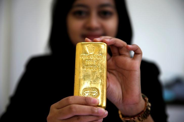 Gold rises despite U.S. jobs data but remains set for weekly loss
