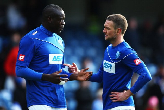 Samba tries to explain the thickness of his wallet to Clint Hill (Getty)