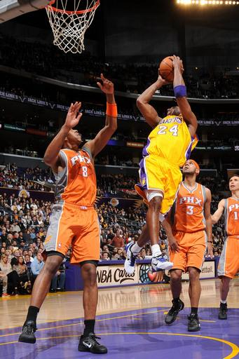 Kobe scores 36 to lead Lakers over Suns 111-99