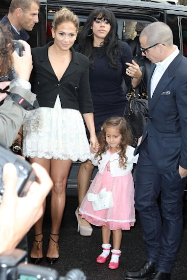 Jennifer Lopez, su hija Emme y Casper Smart en el último desfile de Chanel en Paris - Getty Images