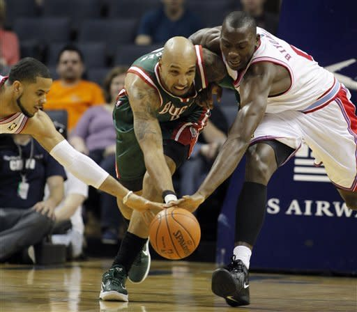 Bucks hammer Bobcats inside, win 112-92