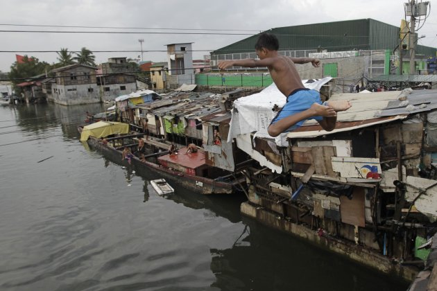 2012-08-09T111756Z_1169988210_GM2E8891H1C01_RTRMADP_3_PHILIPPINES - Life goes on... - Philippine Photo Gallery