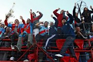 (ARCHIVO) Hinchas de Arsenal festejan la conquista del Torneo Clausura-2012 en Argentina tras vencer a Belgrano por 1-0 en Buenos Aires el 24 de junio de 2012 (AFP | maxi failla)