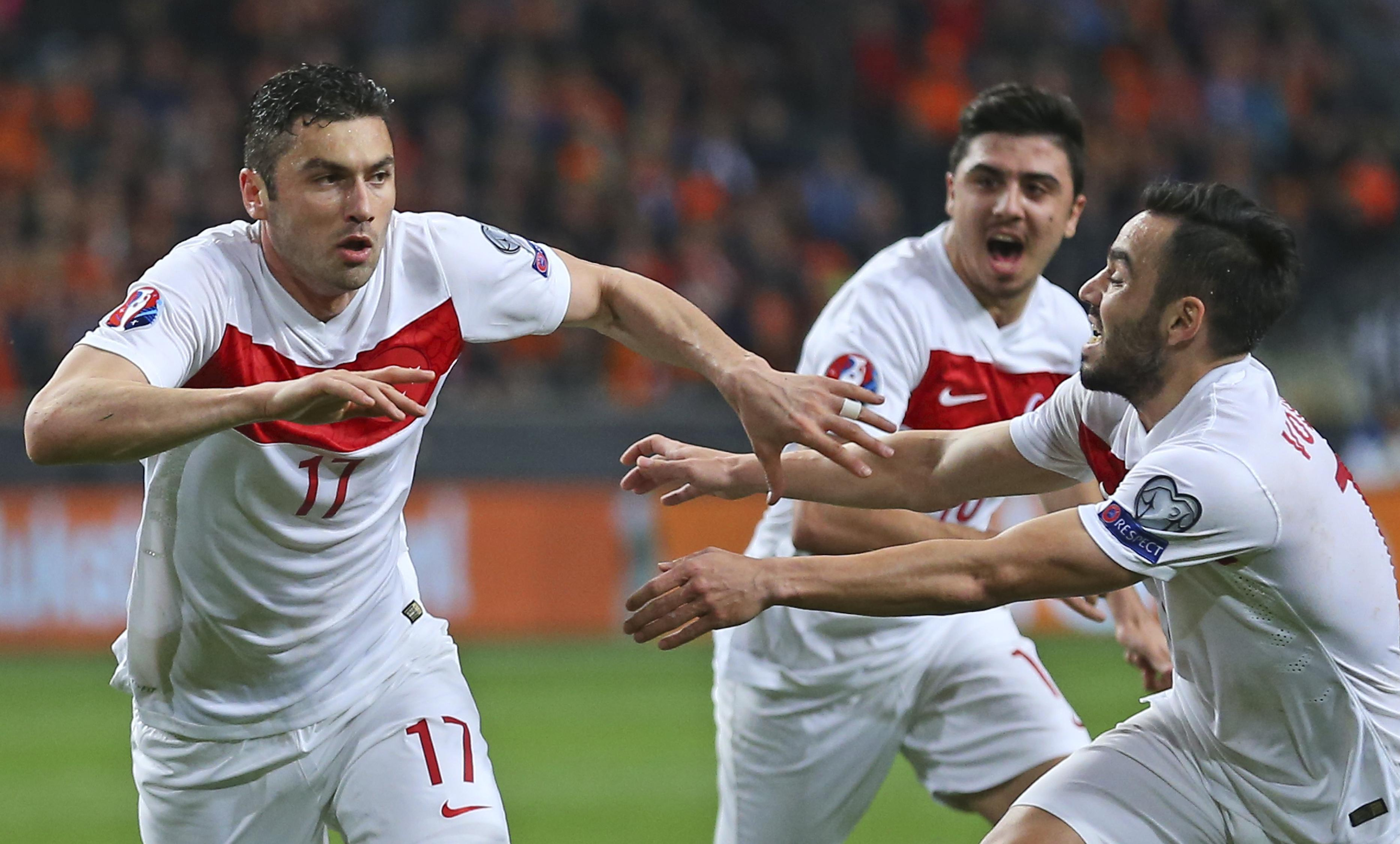 Huntelaar saves Dutch with late equalizer against Turkey