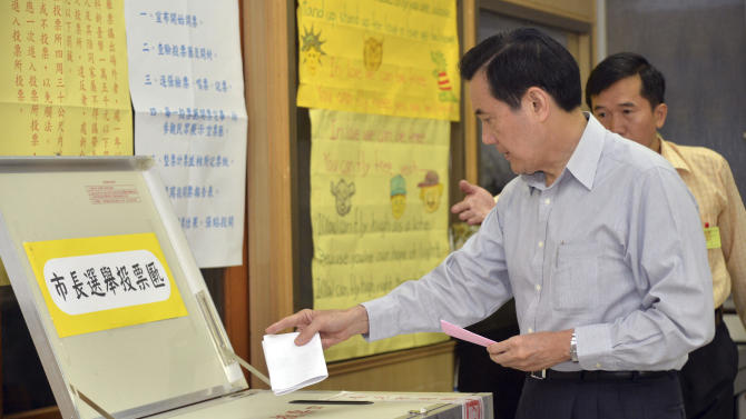 Taiwan's President Ma Ying-jeou casts his votes in the local elections including Taipei mayor in Taipei, Taiwan, Saturday, Nov. 29, 2014. Taiwan's relations with historic foe China are playing a key role in local elections on the self-ruled island Saturday as the ruling Nationalist Party meets increased resistance to forging stronger ties with Beijing. (AP Photo/Central News Agency, Pool)