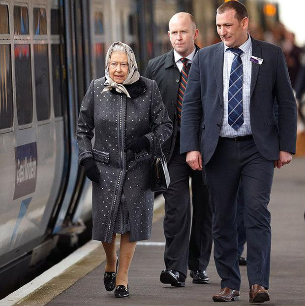 Queen Elizabeth makes a stylish return from her winter break