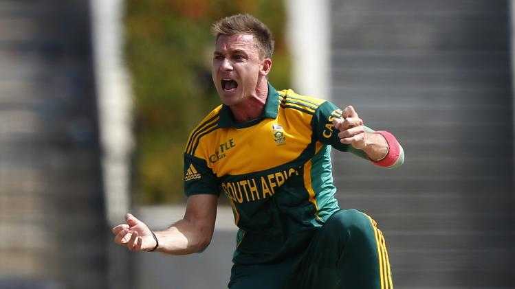 South Africa's Steyn reacts after umpire Martinesz signals Sri Lanka's Perera as a not out batsman, during their final One Day International cricket match in Hambantota