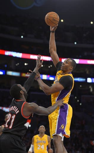 Kobe scores 40, Lakers hold off Blazers 111-107
