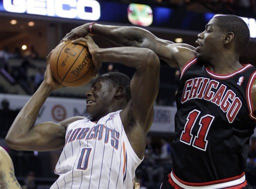 Bulls rout Bobcats 100-68 without Rose, Deng