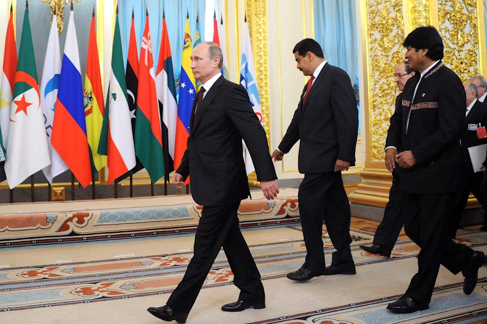 Russian President Vladimir Putin, left, Venezuelan President Nicolas Maduro, second right, rear, and Bolivian President Evo Morales, right, arrive to pose for a photo at the Gas Exporting Countries Forum (GECF) in the Kremlin in Moscow, Monday, July 1, 2013. (AP Photo/Alexander Nemenov, Pool)