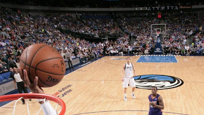 Ellis, Nowitzki top Suns, get Mavs in playoffs