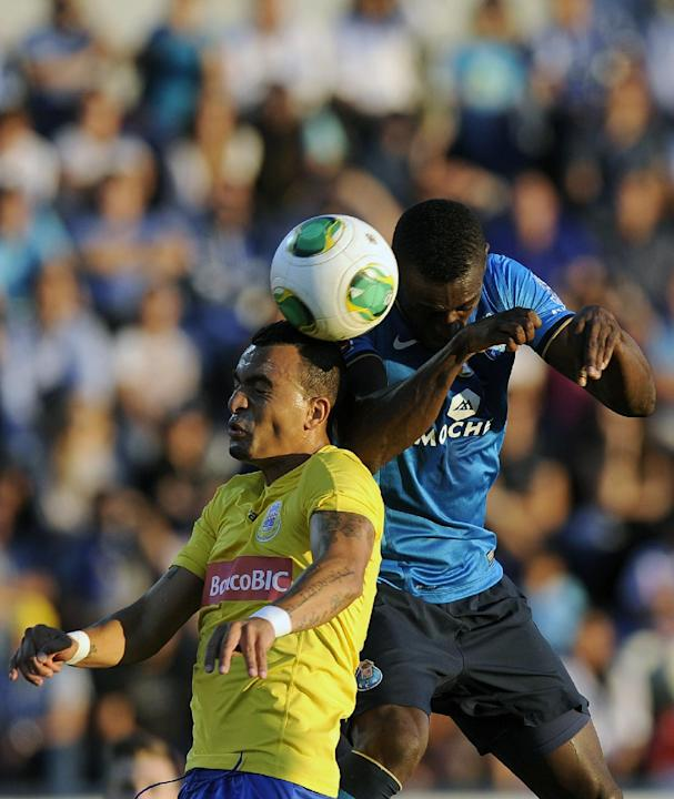 FC Porto's Jackson Martinez, right, challenges for a high ball Arouca's Diego Galo during their Portuguese League soccer match at the Municipal Stadium, in Arouca, Portugal, Sunday Oct. 6, 2013