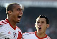 (ARCHIVO) El delantero David Trezeguet celebra tras marcar un gol para River Plate contra Almirante Brown en partido de la segunda divisin argentina en el estadio Monumental de Buenos Aires el 23 de junio de 2012 (AFP | alejandro pagni)