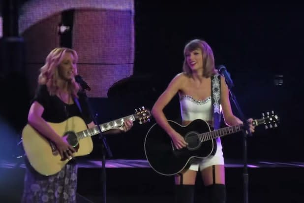 Taylor Swift, Lisa Kudrow Sing 'Friends' Classic 'Smelly Cat' on Stage (Video)