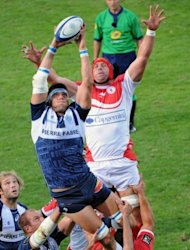 Castres&#39; lock Christophe Samson (L) grabs the ball in a line-out despite Biarritz&#39;s lock Jerome Thion during the French Top 14 rugby union match at the Stadium Pierre Antoine in Castres, southern France. Castres won 28-13