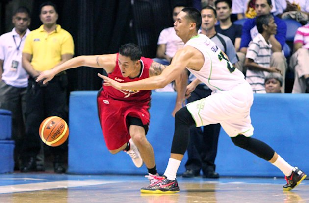 Barako Bull's Josh Urbiztondo and GlobalPort's Japeth Aguilar battle for the loose ball.
