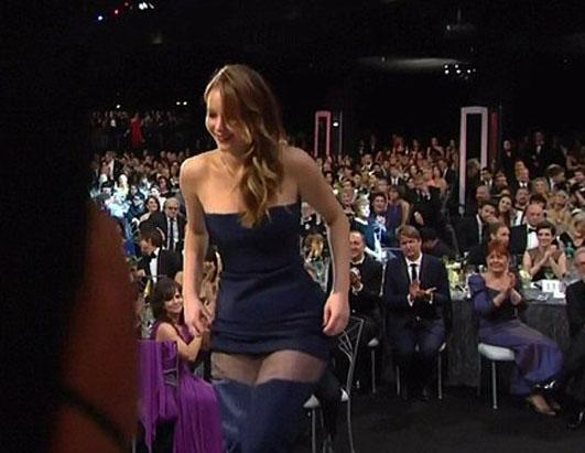abc_jennifer_lawrence-wardrobe_malfunctoion_sag_awards_ss_thg_130128_ssh.jpg