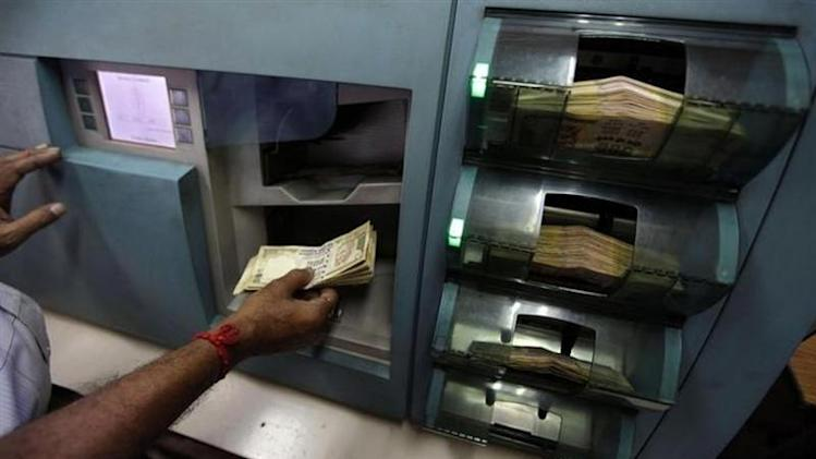 An employee checks currency notes inside a bank in Kolkata August 24, 2010. REUTERS/Rupak De Chowdhuri/Files