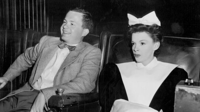 """FILE - In this 1946 file photo, Associated Press reporter Bob Thomas joins legendary actress Judy Garland as they watch scenes from the previous day's filming of """"The Harvey Girls,"""" during an interview. Thomas, the longtime Associated Press reporter who kept the world informed on the comings and goings of Hollywood's biggest stars, died of age-related illnesses Friday, March 14, 2014 at his Encino, Calif., home, his daughter Janet Thomas said. He was 92. (AP Photo/Courtesy Bob Thomas, file)"""