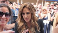 Lisa Marie Presley, hija del cono del rock &#39;n&#39; roll Elvis Presley, saluda a seguidores y firma autgrafos en la mansin de su padre de Graceland, Memphis. Los nietos del cantante estadounidense Elvis Presley llevan el espectculo en la sangre y su madre, Lisa Marie Presley, dijo el viernes que los animar a dar su mejor esfuerzo en cualquiera que sea la profesin que elijan. (AFP | caroline groussain)