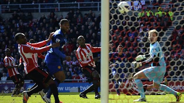 Manchester United's Robin Van Persie (2nd R) will try to claim the goal against Sunderland
