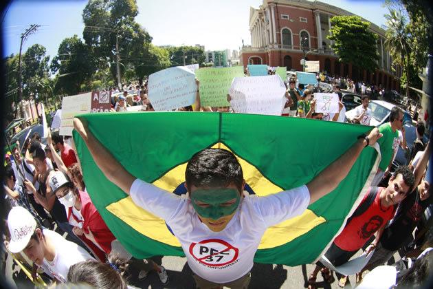 Belém, PA - Manifestantes se reúnem na Praça da República, no centro de Belém, em protesto contra a Proposta de Emenda Constitucional 37