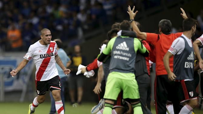 Maidana of Argentina's River Plate celebrates his goal gainst Brazil's Cruzeiro with teammates during their Copa Libertadores soccer match in Belo Horizonte