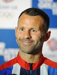 Ryan Giggs, capitn del equipo britnico de ftbol que acudir a los Juegos Olmpicos, sonre durante una sesin con la prensa en la Universidad de Loughborough, en Loughborough, Inglaterra, el domingo 8 de julio de 2012. (Foto AP/PA)